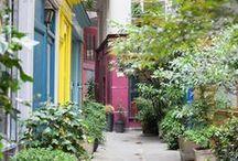 ^^outdoors^^ / façade éclairée, jardin fleuri, hamac à l'ombre d'un châtaignier, terrasse ensoleillée, cabane dans un chêne centenaire,... autant d'endroits qui donnent envie de s'y installer !