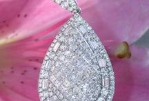 Best of Diamond Pendants & Necklaces | Diamanten Anhänger & Ketten / Whether you're looking for a small and simple pendant or a spectacular diamond necklace - our selection will inspire you for sure. | Ob eine zarte Diamanten Kette, ein zeitlos eleganter Anhänger oder ein spektakulärs Collier - unsere Kollektion an Diamanten Anhängern und Ketten wird Sie sicherlich inspirieren. || More: http://www.schmucktraeume.com/colliers/diamant-anhaenger-ketten/