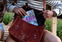Taschen für die Uni / Umhängetaschen aus Leder mit viel Stauraum für deine Aktenordner, sämtliche A4-Blöcke, deinen Laptop, dein Tablet, diverse Schreibutensilien und vieles mehr. Damit rockst du die Uni!