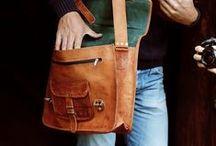 Taschen für die Arbeit / Auf der Arbeit und im Büro sind Ordnung und Chaos strikt zu trennen, dabei helfen dir unsere wunderschönen Ledertaschen.