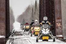 Motoneige / L'Abitibi-Témiscamingue, c'est la motoneige à l'état pur! Les conditions météorologiques favorables, l'expertise et le dévouement des clubs de motoneigistes permettent à la région d'offrir 3 700 km de sentiers parmi les plus beaux au monde au travers de paysages à couper le souffle. Avec des services de qualité, venez vivre une expérience mémorable dans la pureté de l'hiver!