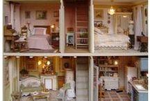 Maison de Campagne d'Esprit Suédois du XVIIIe siècle / ♥ Cette maison a été créée en octobre/novembre 2001. Elle est entièrement meublée avec des meubles en bois en kits. Vous pouvez les retrouver sur le site de vente en ligne de  Dentelles et Ribambelles : https://www.dentelles-et-ribambelles.fr/fr/29-en-kit  ♥ Vous pouvez la visiter depuis le 07 août 2004 à cette adresse : chlea75.skyrock.com/5.html pages 5 , 6  et 7