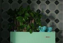 Proyecto residencial. / Materiales hechos a mano y tonos neutros con acentos de color definen esta cocina de la diseñadora de interiores Dafni Vogas Reynoso. Mosaico artesanal: Studio Victoria.