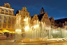 De dwergen van Wroclaw / Hoort u, terwijl u door Wroclaw wandelt, een licht getrippel of een geluid dat klinkt als een zuchtje wind? Kijk dan eens naar beneden en pas goed op waar u uw voeten zet. Sinds eeuwen wonen in Wroclaw namelijk twee volken samen: mensen en dwergen. http://www.polen.travel/nl/de-dwergen-van-wroclaw/