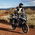 Adventure / J'aime explorer, découvrir de nouveaux horizons. Ma moto m'apporte avant tout l'évasion, et j'attends de mon équipement qu'il fasse de même, en s'adaptant à toutes les situations et conditions climatiques. En expédition, la place est réduite et les vêtements se doivent d'être pratiques, fonctionnels et très polyvalents.