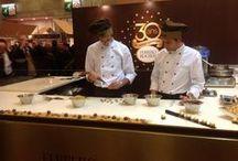 Ferrero Rocher au Salon du Chocolat / Les secrets de confection de vos bouchées divines Ferrero Rocher. Du chocolat, des noisettes,... mais surtout deux maîtres pâtissiers prêts à vous dévoiler leur recette ! Ils se sont donnés rendez-vous au Salon du Chocolat !