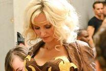 """Défilé d'Adriana Karembeu en robe """"Ferrero Rêve d'Or"""" / Découvrez les photos des coulisses et du défilé d'Adriana Karembeu en robe """"Ferrero Rêve d'Or"""" !"""