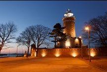Kołobrzeg, Latarnia Morska / Latarnia Morska w Kołobrzegu, wybudowana po II wojnie światowej w pobliżu dawnej mieszczącej się w budynku stacji pilotów. 26 metrowa wieża posadowiona centralnie na dawnych zabudowaniach fortu Ujście została gruntownie odrestaurowana na początku XXI wieku i do dzisiaj stanowi atrakcję turystyczną. Oprócz latarni morskiej pełni także funkcję wieży widokowej,