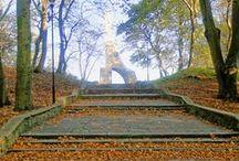 Kołobrzeg, Pomnik Zaślubin Z Morzem / Pomnik Zaślubin Polski z Morzem. Modernistyczny pomnik z 1963 roku autorstwa architekta Wiktora Tołkina upamiętnia symboliczne zaślubiny z 18 marca 1945 roku, dnia wyzwolenia Kołobrzegu