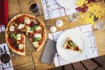Pizza com amigos / Pizza é sempre uma boa pedida, especialmente na hora de receber um casal de amigos para o jantar. Confira as nossas dicas para uma mesa linda e aconchegante. O cenário das nossas fotos é o Puppi Baggio