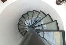 Un Escalier en verre, Rampe en verre, Garde-corps en verre / Le verre, en accord parfait avec l'acier, permet la mise en valeur de l'une et l'autre matière. Il révèle la structure telle une ossature, se joue de l'espace et des perspectives pour des intérieurs lumineux et ouverts. Vous souhaitez jouer avec l'espace, la transparence, la lumière... Avec Escaliers Décors®, imaginez le vôtre. Exigez l'original !