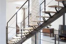 Un Escalier sur Limon Central Design Escaliers Décors® / L'escalier avec limon central est caractérisé par sa structure porteuse type poutre qui forme un arrête. Ce design original confère une touche contemporaine. L'escalier prend l'apparence de la colonne vertébrale de votre intérieur. Exigez l'original !