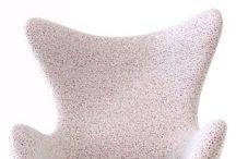 CLIC   Special Editions / Die CLIC Sonderedition des Egg Chairs von Fritz Hansen besteht aus acht Sesseln, die mit ausgewählten Designer Stoffen der Firma Kvadrat bezogen wurden. Wir haben zwei Stoffe der Bouroullec Brüder für unsere Egg Chairs ausgesucht, einen Stoff von Alfredo Häberli und fünf Stoffe von Raf Simons.