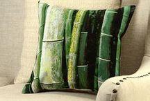 """Huse perne decorative / Țesături lucrate din fibre de proveniență naturală, plăcute la atingere. Materialul folosit pe spatele husei este alcătuit din fire întrepătrunse din bumbac de Bali, cunoscut și sub numele de """"bumbacul zeilor"""" sau """"bumbacul care respiră""""."""