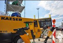 Kaeser-Kompressoren / Hier finden Sie Bilder zur Mobilendruckluft Technik von Kaeser Baumaschinen Baugeräte Hersteller. Auf den Bilder sehen Sie den Kaeser M121, Kaeser M123 , Kaeser M110 Mobilair mit Druckluft Nachkühler. Neue Kaeser Kompressoren bei ihrem Kaeser Händler. Farbare Kaeser Baukompressoren Bilder Galerie