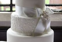 Wedding Cakes Like Art / I never tire of browsing wedding cakes, because no two are alike. It's so much an art, more than food. While some cakes come in lots of colours and details, it's amazing that the simplest of them all are sometimes the most beautiful. So, enjoy this wedding cake lookbok, and get inspired for how you design your own!