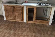 Restauro cucina in muratura / La piccola cucina in muratura era in uno stato molto precario, con la posa delle piastrelle mancanti ho raddrizzato i muretti e con il legno ho creato il telaio, gli sportelli (in listellare) e la sede del forno