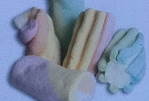 Marshmellows / Μαρσμέλοου Τα μαρσμέλοου είναι ζαχαρωτά τα οποία οφείλουν την ονομασία τους από το φυτό μαρσμέλοου το οποίο χρησιμοποιούνταν για την παραγωγή τους. Διατίθενται σε διάφορα χρώματα, σχήματα και γεύσεις.