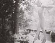 Sally Mann 1951 / Photographe américaine. Née à Lexington en Virginie. Photographie le plus souvent en noir et blanc en format 8×10. Elle travaille elle-même ses épreuves dans son laboratoire personnel. Elle réalise ses prises de vue surtout en extérieur, la plupart du temps dans sa grande propriété à Lexington, isolée dans les bois des collines Blue Ridge Mountains. Wiki