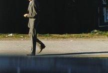 Saul Leiter 1923-2013 / Photographe américain contemporain. Né à Pittsburgh - mort à New York à 89 ans. Considéré comme l'un des pionniers de la photographie couleur. « Il me semble que des choses mystérieuses peuvent prendre place dans des lieux familiers ». Wiki