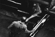 William Eugene Smith 1918-1978 / Photojournaliste américain. Né à Wichita (Kansas) - mort à Tucson (Arizona) à 59 ans. Sa volonté d'implication personnelle dans les sujets de ses reportages a révolutionné cette forme de photojournalisme, pour l'époque, appelée « essai photographique ». Insistant sur la responsabilité sociale du photographe, il a développé tout au long de sa carrière une éthique à laquelle il s'est tenu sans dévier et est devenu un modèle pour beaucoup de reporters. Meurt d'un infarctus, avec 18 $ en banque…Wiki