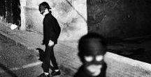 """Sergio Larrain 1931-2012 / Photographe et photojournaliste chilien. Né à Santiago - mort à Ovalle à 80 ans. Membre à part entière de l'agence Magnum depuis 1961 où il est entré par l'entremise de Cartier-Bresson. À partir de 1971, il se retire dans un hameau du Chili où il vit en ermite. """"Une bonne photo naît dans un état de grâce. Cela arrive lorsque l'on est libéré des conventions, libre comme un enfant découvrant la réalité pour la première fois. Le but du jeu, ensuite, est d'organiser le cadre."""" Wiki"""