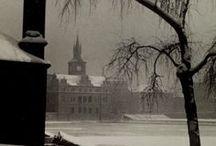 Josef Sudek 1896-1976 / Photographe tchèque (du temps de la Tchécoslovaquie), né à Kolín (Bohême, alors intégrée à l'Autriche-Hongrie) - mort à Prague à 80 ans. Amputé du bras droit à cause d'une grenade lors de la première guerre mondiale. En 61, il obtient le titre d'artiste émérite par le gouvernement tchèque. Wiki