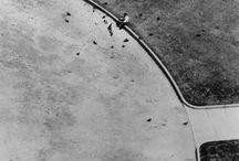 André Kertész 1894-1985 / Photographe hongrois, naturalisé américain. Né à Budapest (Hongrie) - mort à New York à 91 ans. Aide Brassaï dans ses débuts. Bien qu'il soit proche des surréalistes et des Dada, il n'appartient à aucun mouvement. A une influence déterminante sur la reconnaissance de la photographie comme discipline artistique à part entière. Fait de la photographie non pas le reflet du réel, son enregistrement, mais au contraire la matrice de formes nouvelles.Wiki