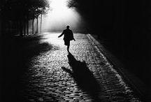 Sabine Weiss 1924 / Photographe d'origine suisse naturalisée française en 1995. Née à Saint-Gingolph. L'une des principales représentantes du courant de la photographie humaniste française. «Les scènes, en apparence inoffensives, ont été inscrites avec une volontaire malice juste à ce moment précis de déséquilibre où ce qui est communément admis se trouve remis en question. » (R.Doisneau). En 55, E. Steichen choisit 3 de ses photographies pour l'exposition « The Family of Man » au Museum of Modern Art de New York.