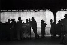 Elliott Erwitt 1928 / Photographe américain, né à Paris de parents russes-juifs. Il a passé 10 ans de son enfance en Europe (Italie, Allemagne, France) avant que ses parents n'émigrent en 1938 aux États-Unis. Robert Capa le remarque et l'invite à devenir membre de l'agence Magnum, qu'il présidera quelques années plus tard. Photographie l'Europe et les États-Unis, les enfants et les chiens, les stars avec un humour satirique. Wiki