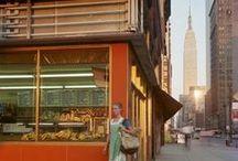 Joel Meyerowitz 1938 / Photographe américain. Né à New York, dans le Bronx. Photographe de rue qui commence à prendre des photos en couleur dès 1962. Son premier livre, Cape Light, dans lequel il explore les variations chromatiques au contact de la lumière, est considéré comme un ouvrage classique de la photographie.