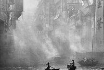 Fan Ho 1931-2016 / Photographe chinois. Aussi réalisateur et acteur. Né à Shanghai - mort à San José (Californie, États-Unis) à 84 ans. Immigre à Hong Kong avec sa famille. Dépeint la vie urbaine à Hong Kong avant que la ville devienne une grande métropole.