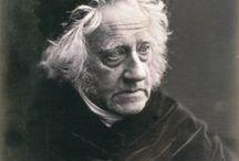 Julia Margaret Cameron 1815-1879 / Photographe britannique, surtout connue pour ses portraits de célébrités de son temps. Née à Calcutta - morte à Ceylan à 63 ans. Elle réalisa aussi des illustrations photographiques inspirées par la peinture préraphaélite anglaise. Wikipédia