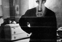 Louis Faurer 1916-2001 / Photographe américain. Né à Philadelphie - mort à New York à 84 ans. L'un des principaux représentants de la photographie américaine de l'après-guerre. Ami de Robert Frank, avec qui il partage un laboratoire et studio photographiques. Photographie pendant plus de vingt ans pour des magazines de mode. Wiki