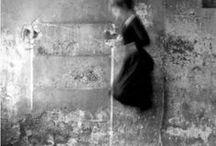 Francesca Woodman 1958-1981 / Photographe américaine. Née à Denver (Colorado) - morte à New York à 22 ans. Malgré la brièveté de sa carrière, l'œuvre de Francesca Woodman continue d'avoir une grande influence sur la création photographique contemporaine. Wiki