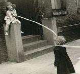 """Helen Levitt 1913-2009 / Photographe américaine. Née à Brooklyn - morte à New York à 95 ans. En 1987, """"In The Street: chalk drawings and messages, New York City 1938–1948"""" est l'un des 100 meilleurs livres de photos et sa première édition est aujourd'hui recherchée par les collectionneurs. En 1943, Edward Steichen, au MoMA, est commissaire de sa première exposition individuelle. Elle est restée une photographe active pendant près de 70 ans et vivait toujours près de New York où elle menait une vie discrète."""