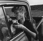 Ansel Adams 1902-1984 / Photographe et écologiste américain. Né à San Francisco - mort à Monterey (Californie) à 82 ans. Développa le zone system, procédé qui permet de déterminer l'exposition correcte. Fonde le Groupe f/64 avec ses amis photographes E. Weston et I. Cunningham, qui à leur tour, mettront en place le département de la photographie au sein du Museum of Modern Art. Une réserve de nature sauvage porte désormais son nom, au sud du parc national de Yosemite, en Californie. Wiki