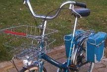 bicyclettes / le vélo est quand même un instrument d'une haute ingéniosité et d'une haute utlilité, simple et complexe, il peut se parer de technologie ou ne pas en utiliser.