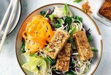 """Original Spices Shichimi Togarashi / Original Spices Shichimi Togarashi is een specerijenmelange die op grote schaal gebruikt wordt in de Japanse keuken voor het bereiden van vele gerechten, zoals noedels, stoofschotels en gebakken of gegrilde gerechten. De specerijenmelange kan gebruikt worden als """"rub"""" (droge marinade) op bijvoorbeeld tonijn, biefstuk, varkensvlees, of als finishing touch in soepen en noodlegerechten."""