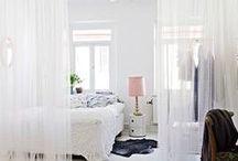 Beach woonstijl Inspiratie / Rust en ruimte. Grote ramen met witte gordijnen die langzaam heen en weer waaien door de wind. Lichte tinten als wit en zandkleur. Houten witte planken op de vloer die licht zijn geschuurd.  Ook wit gebleekt of geborsteld laminaat kan erg mooi zijn.