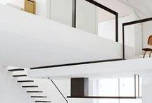 Industriële woonstijl Inspiratie / Stoer, functioneel en puur. Deze woonstijl kenmerkt zich door een ruimtelijke inrichting met een sterk en zelfverzekerd karakter. Je kan de naam industriële woonstijl verkeerd opvatten. Bij industrieel denk je nou eenmaal snel aan rauw en kille materialen. Maar er kan ook een prettige woonruimte gecreëerd worden met ingrediënten als glas, RVS, steen, beton, aluminium, hout en leer.