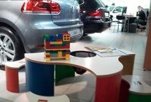 Kinderhoek showroom / Deze speeltafels houden de kinderen wel even zoet terwijl de ouders rustig rondkijken in de showroom.