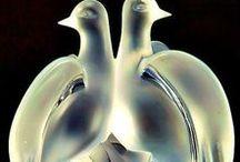 Рене́ Лали́к  (René Jules Lalique) /  René Jules Lalique; 6 апреля 1860 Ау, Марна — 5 мая 1945, Париж),французский ювелир и стеклянных дел мастер, один из выдающихся представителей арт нуво.