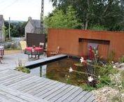 Les bassins et points d'eau / Dans un jardin, l'eau peux devenir un point fort de l'aménagement, elle peut rester invisible et se faire entendre, comme rester muette et se laisser admirer. On peut la retrouver sous forme de coin d'eau, fontaine, bassin, cheminement d'eau, petit étang...