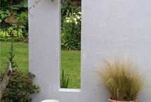 Les structures / Un muret, une rocaille, une claustra, un treillage, une pergola, un kiosque, ou encore une toile suspendue, peuvent être des éléments charnières qui vous replaceront à l'intérieur de votre jardin et donneront un équilibre à l'ensemble de votre aménagement.