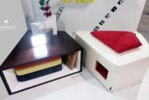 Mesa Baja Auxilair . Colección TRAP / Mesa formada por tableros de melamina atamborada de 3 cms de espesor, con acabado exterior en Wengé o Haya, y acabado interior del hueco lacado blanco brillo. DIMENSIÓN_Las dimensiones máximas son 90 x 78 cms, con tablero superior y/o asiento a una altura de 46 cms del suelo. MESA COMO ASIENTO_Mediante la incorporación de un cojín de espuma con forma trapezoidal, se permite que es caso de necesidad, esta mesa se convierta en asiento.