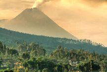 Vulkanen in Indonesië / Over de talrijke vulkanen  die op Indonesië voorkomen. Foto's van zonsopgangen, zonsondergangen, uitbarstingen en vulkanen in ruste. Veel foto's zijn geplukt van internet, maar er zijn ook wat foto's die zelf gemaakt zijn door zoon Lenny en zijn vriendin Mirte. Ook staan er wat vulkanen op die te vinden zijn op Papua New Guinea en op Irian Jaya - het voormalige Nieuw Guinea.