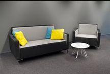 Laag zitten / Lounge / Het moderne kantoor krijgt meer en meer de functie van de ontmoetingsplek waar mensen komen voor hun sociale contacten en het delen van kennis en ervaring. ROHDE & GRAHL heeft dit tijdig ingezien en heeft een prachtige collectie fauteuils, sofa's, ontvangstbanken, zitgroepen, oorfauteuils en loungemeubels samengesteld.