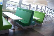 Inspiration / Inspiratie Technasium De Nieuwe Veste / Op het Technasium De Nieuwe Veste zijn leerlingen bezig met techniek en technologie. ROHDE & GRAHL faciliteert deze activiteiten door een compleet nieuwe inrichting. Hierin wisselen hoog en laag zitten elkaar af en zorgt de wit/blauw/groene kleurstelling voor een rustig en fris beeld. De treinbanken dragen bij aan het delen van kennis op een informele manier.