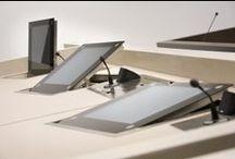 Inspiration / Inspiratie Digitale Zittingszaal Rotterdam / ROHDE & GRAHL was verantwoordelijk voor de levering van de inrichting van de eerste, door Kraaijvanger · Urbis architecten ontworpen digitale zittingszaal van Nederland. De digitale zittingszaal is voorzien van de nieuwste ICT-toepassingen en levert een bijdrage aan een modern, efficiënt proces.